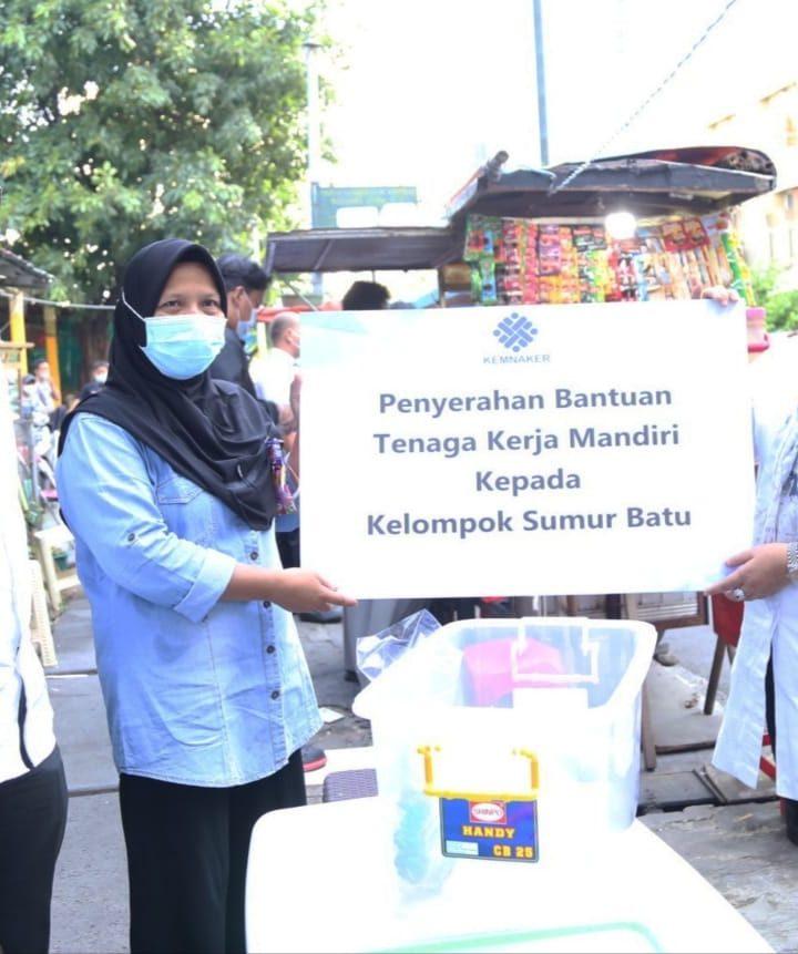 Pedagang K5 Girang Diberi Bantuan Dana dan Vitamin oleh Menaker Ida Fauziyah